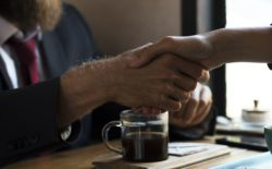 Řeč těla se podcenit nevyplácí - podání rukou