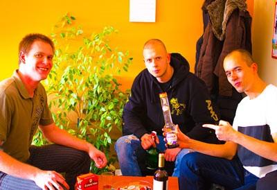 ukázky nevhodných fotografií do životopisu, skupinová fotografie mužů s alkoholem a cigaretami
